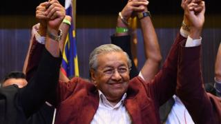 Former Malaysian PM and opposition candidate Mahathir Mohamad celebrates with other leaders of his coalition in Kuala Lumpur on early May 10, 2018