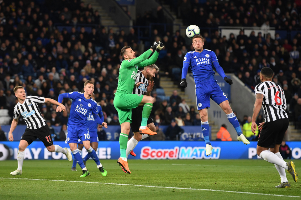 Jamie Vardy heads Leicester's bets chance over the bar